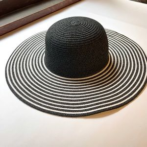 Black and white packable sun hat